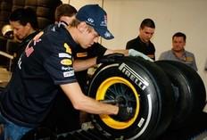 Vettel change a Pirelli Tyre