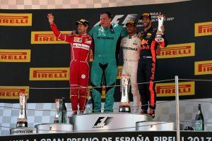 Hamilton gana en España y recorta diferencias con Vettel