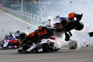 Charlie Whiting cree que la llanta de Alonso pudo golpear a Leclerc #F1 #Halo